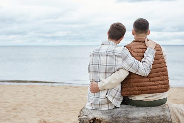 Couple gay sur la plage minimale