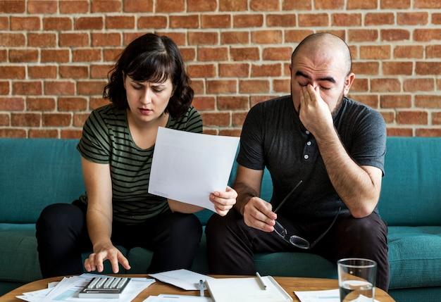 Couple gérant la dette