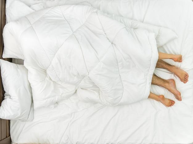 Le couple gisait sous la couverture. vue d'en-haut