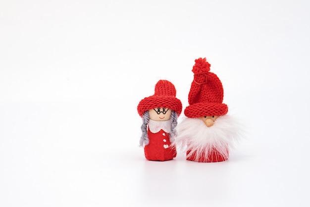Couple de gnome de noël isolé sur blanc