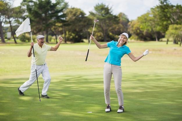 Un couple de golfeurs célèbre son succès