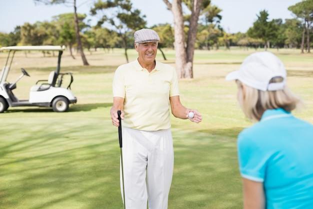 Couple de golfeurs matures