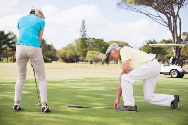 Couple de golfeurs sur toute la longueur