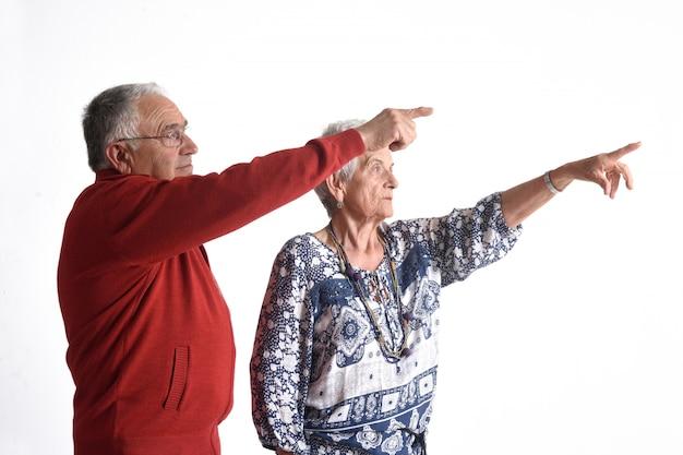 Un couple de grands-parents pointant le doigt