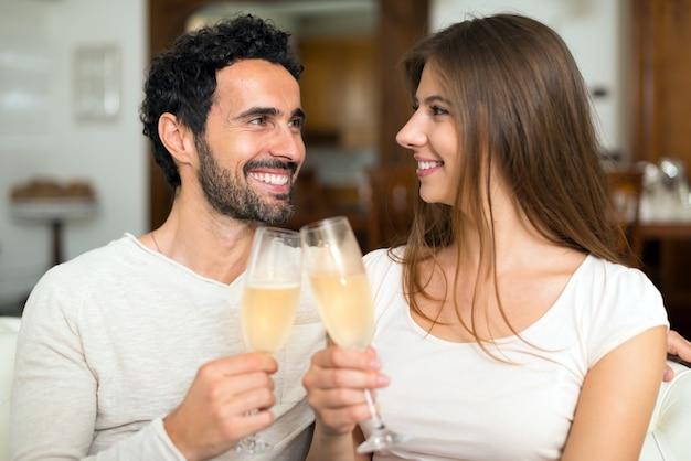 Couple, grillage, champagne, flûtes, dans, leur, appartement