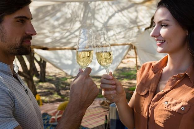 Couple, grillage, flûtes champagne