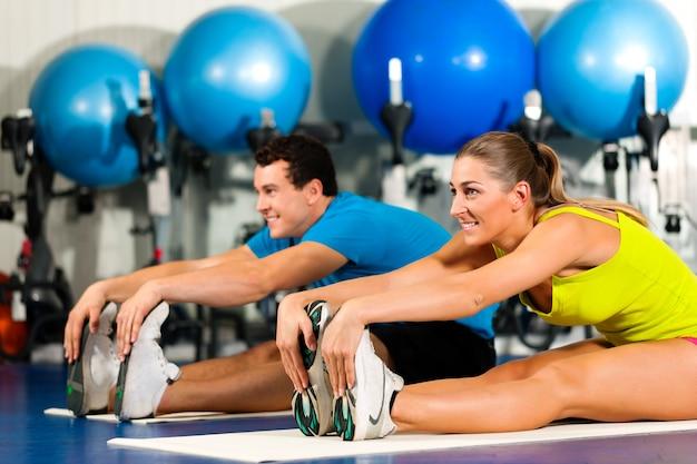 Couple, gym, étirement
