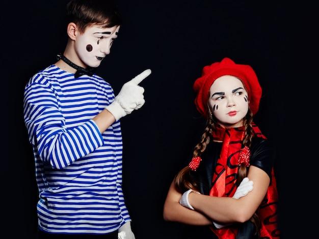 Couple habillé comme des mimes