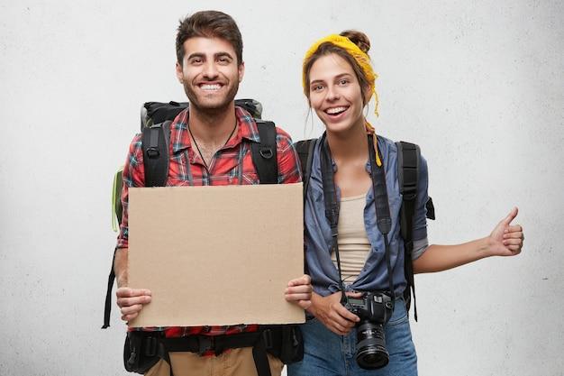 Couple habillé avec désinvolture posant
