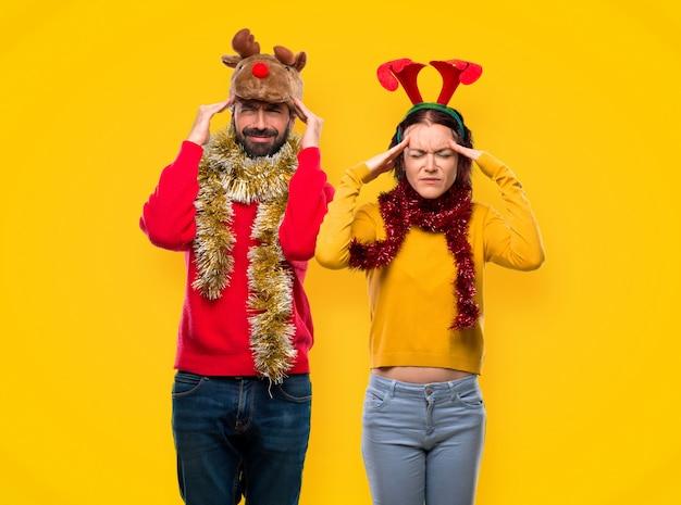 Couple habillé pour les vacances de noël malheureux avec quelque chose. expre du visage négatif