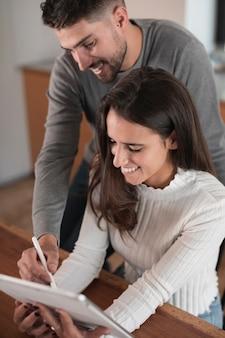 Couple heureux à l'aide d'une tablette