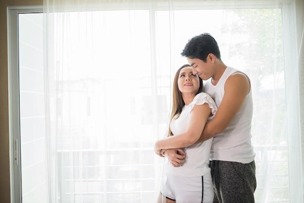 Couple heureux aime le temps dans la chambre