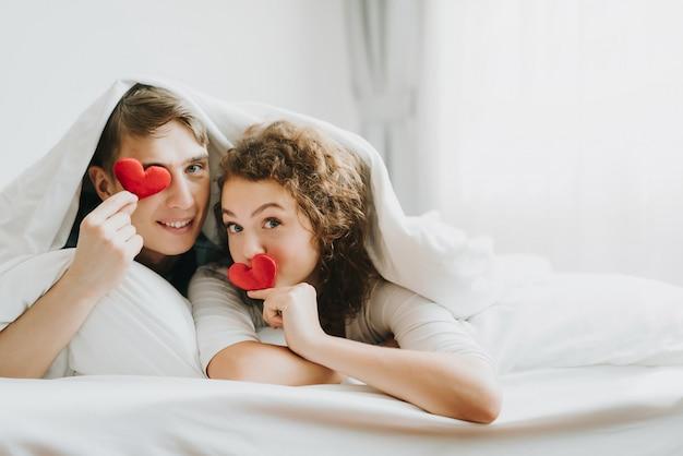 Couple heureux en amour avec coeur rouge