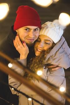 Couple heureux en amour dans une ambiance de noël.