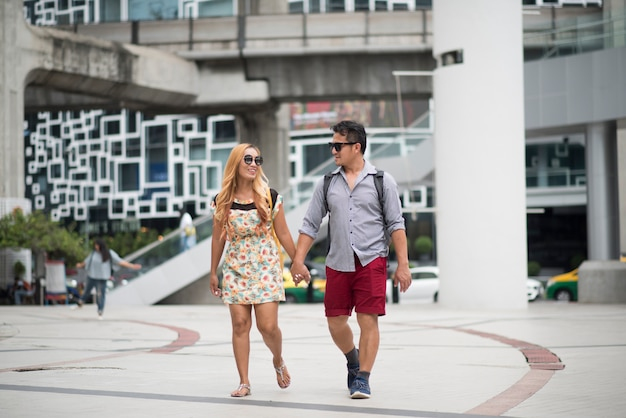 Couple heureux en amour marchant dans la rue