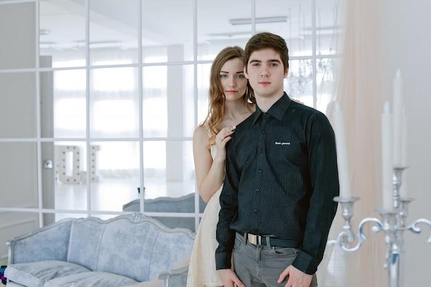 Couple heureux en amour. la saint-valentin. fille se tient derrière son petit ami