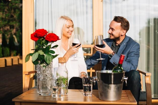 Couple heureux en appréciant les boissons au restaurant