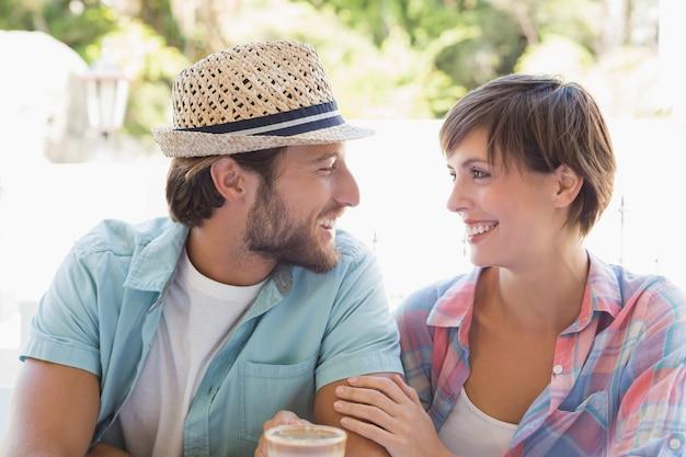 Couple heureux appréciant le café ensemble