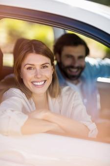 Couple heureux assis dans une voiture