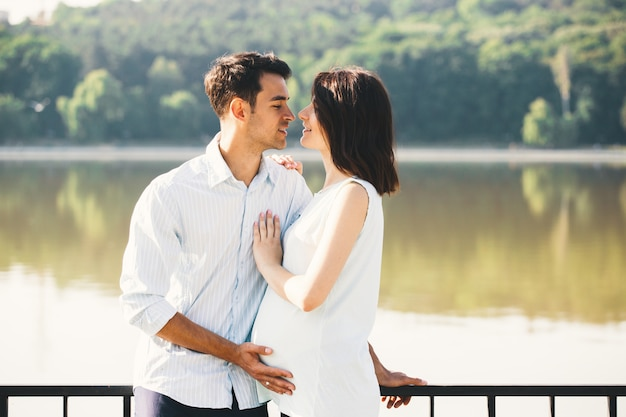 Couple heureux en attendant un bébé, anticipant le rôle des parents
