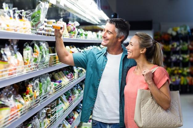 Couple heureux au supermarché