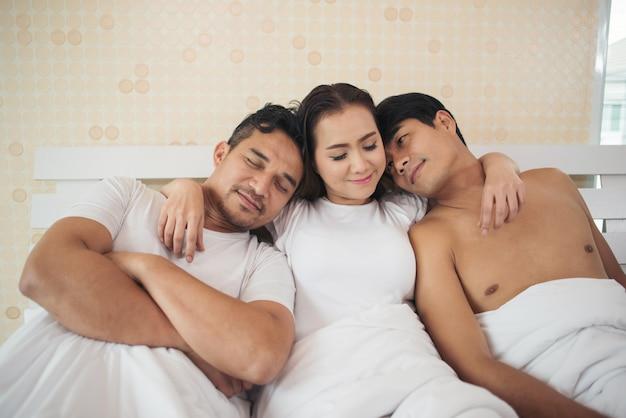 Couple heureux ayant compliqué affaire et triangle amoureux dans la chambre