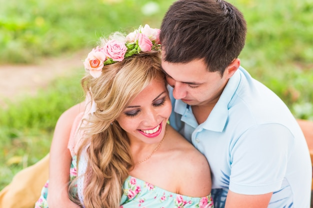 Couple heureux ayant pique-nique romantique dans la campagne.