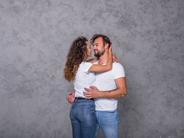 Couple heureux en blanc