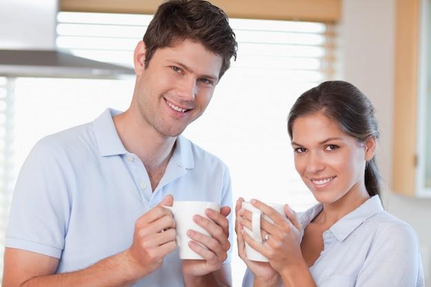 Couple heureux, boire du café