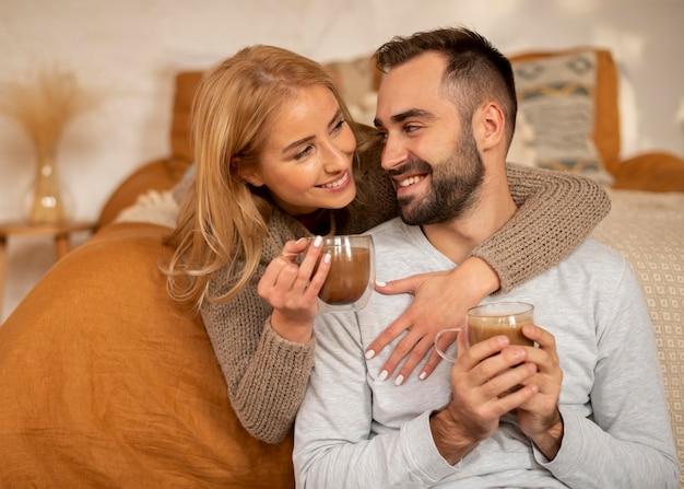 Couple heureux avec des boissons chaudes