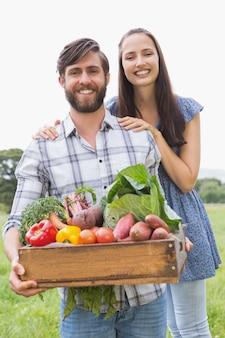 Couple heureux avec boîte de légumes