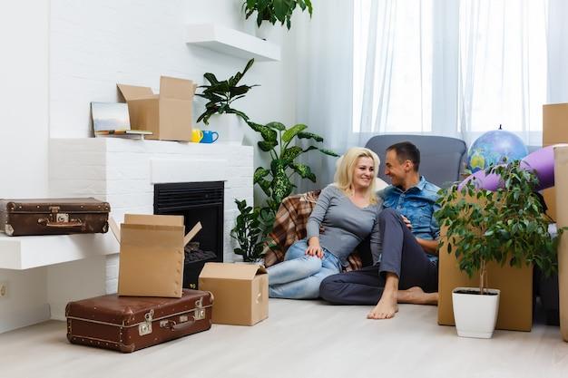 Couple heureux avec des boîtes de déménagement à la nouvelle maison