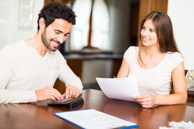 Couple heureux calculant leurs dépenses ensemble