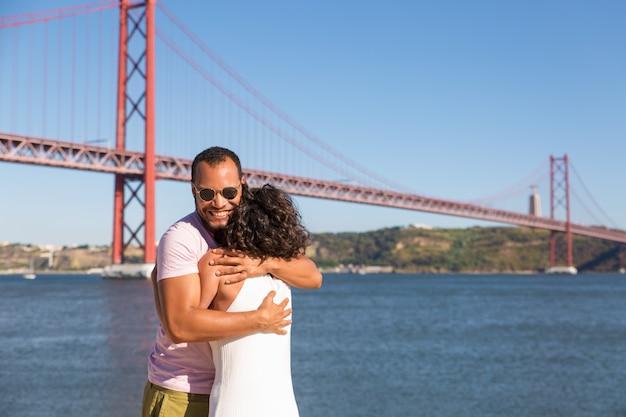 Couple heureux célébrant les bonnes nouvelles