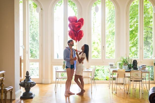 Couple heureux, chez soi
