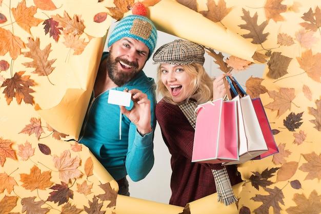 Couple heureux sur la conception de la chute des feuilles