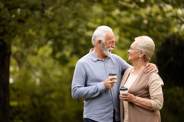Couple heureux coup moyen avec café