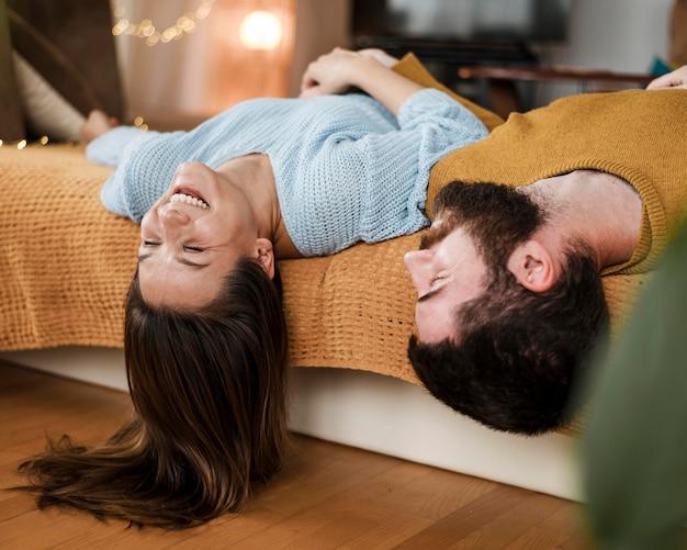 Couple heureux coup moyen à la maison