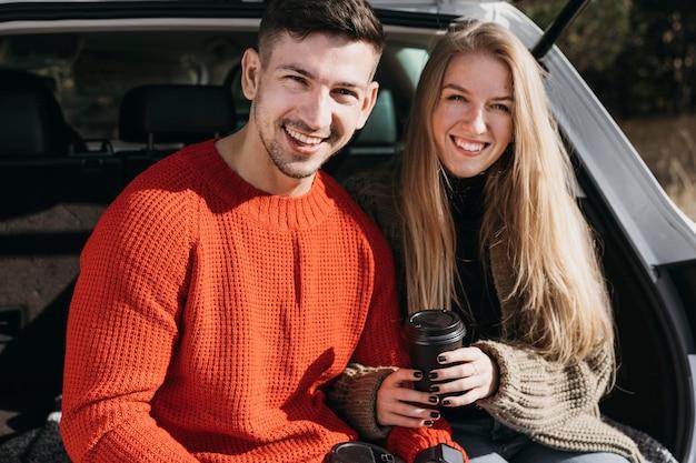 Couple heureux coup moyen posant