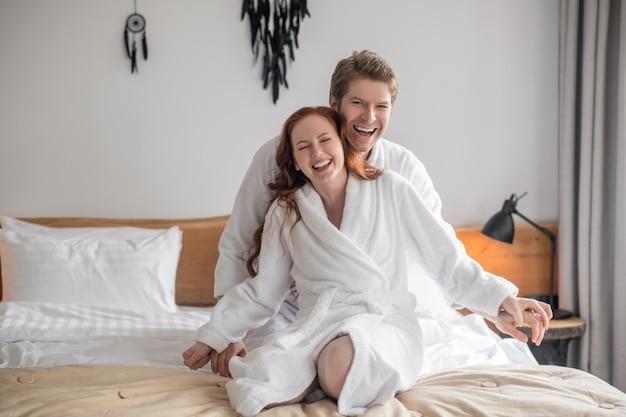 Couple heureux. un couple passe du temps ensemble à la maison et se sent heureux