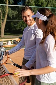 Couple heureux sur un court de tennis