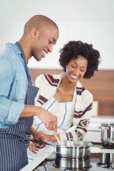 Couple heureux cuisine ensemble dans la cuisine