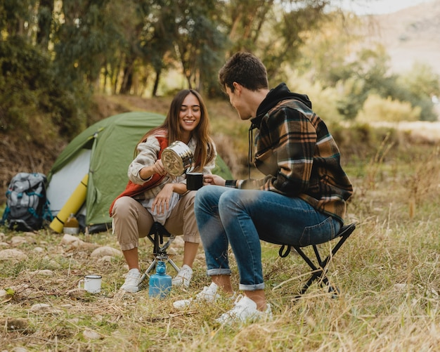 Couple heureux dans la forêt ensemble