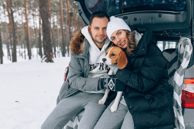 Couple heureux dans la forêt d'hiver saison d'hiver