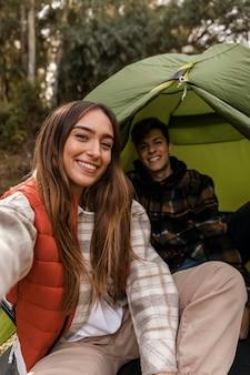 Couple heureux dans la forêt sous tente
