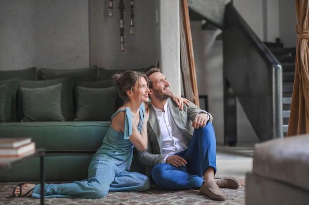 Couple heureux dans un intérieur design