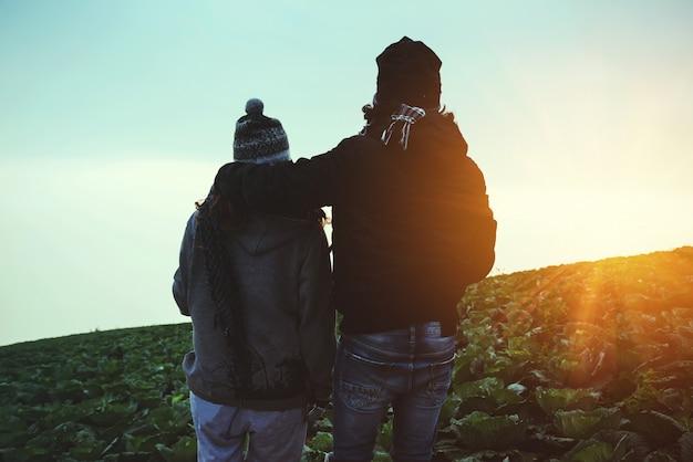 Couple heureux dans la nature