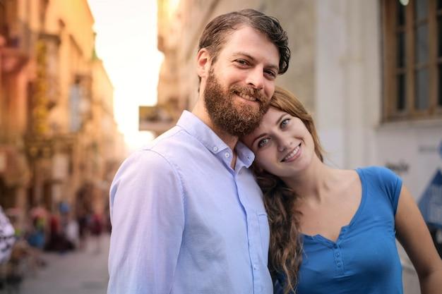 Couple heureux dans la ville