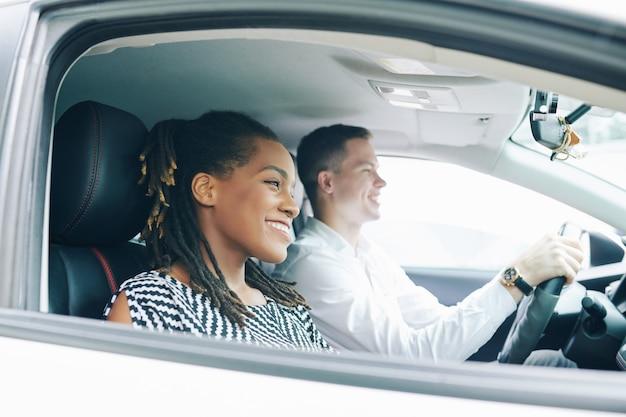 Couple heureux dans la voiture