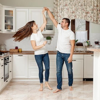 Couple heureux, danse, dans, cuisine